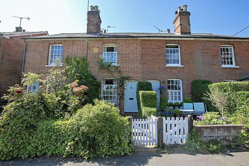 3 bedroom terraced house to rent, Hartford Terrace, Hartley Wintney, RG27