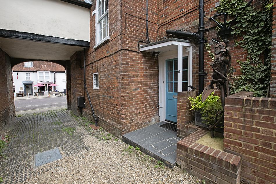 2 bedroom flat to rent, High Street, RG29